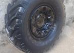 4 pneus cross tipo tratorado e 1 comum, todos com rodas, para Jeep e Rural Willys.