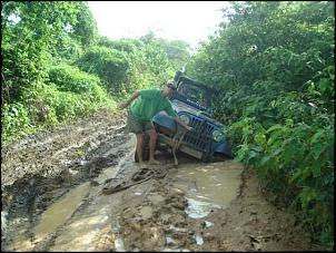 Trilha da Tucunduba - tirando o jeep azul do buraco II.