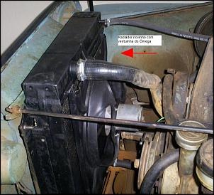 Radiador selado, com reservatório de expansão e ventuinha de ômega com acionamento automático e manual.