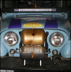 Churrasqueira pequena, que cabe no para-choques do jeep.