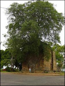 Ruina de Igreja em Barra do Guaicuí. Construída pelos Jesuítas, esta igreja não foi terminada devido aos ataques constantes do bandeirantes paulistas.