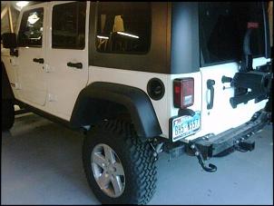 """Jeep JK com lift de 3,5"""" e rodas e pneus originais."""