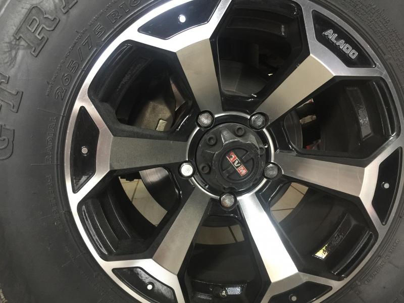 Rodas de liga leve com pneus 265 75 R16 e freios a disco que instalei. Foi a única alteração nos freios até o momento.