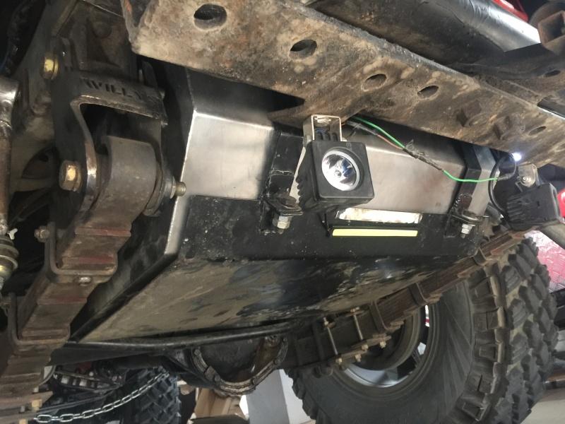 Luz de serviço traseira para auxiliar a noite no uso da carretinha, ou qualquer outra situação necessária, chapa de proteção do tanque de combustivel...