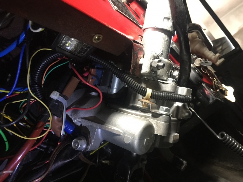 O Jeep veio com caixa de direção do Santana, Mecanica. Como achei muito caro e custoso colocar uma direção hidráulica, coloquei uma coluna de direção...