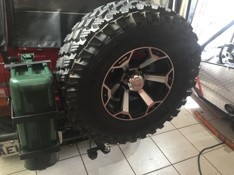 Suporte de estepe e galão de 20 litros. Precisei fazer o suporte todo novo para caber os novos pneus.  O suporte é apoiado no para-choque, e tem uma...