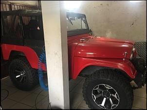 Foto do jeep na garagem dele.