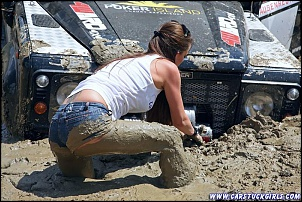 -2_defender_girls_stuck_in_mud_013.jpg