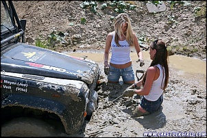 -2_defender_girls_stuck_in_mud_014.jpg