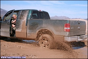 -pickup_mud_stuck_bikini_girl_017.jpg