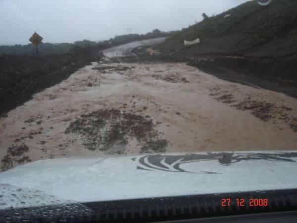 Estradinha virou um rio de lama com o temporal em BH